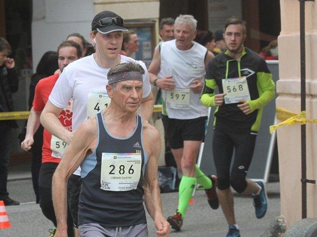 RUNTOUR je závodem pro všechny věkové kategorie. Na snímku s číslem 286 Lubomír Šoustar (nar. 1941). Nejstarším běžcem byl ovšem šestaosmdesátiletý Dalibor Kubíček.