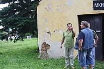 Starosta Karel Fousek (vlevo) si se zástupci stavební firmy prohlíží  pozemek, kde vyroste školka.