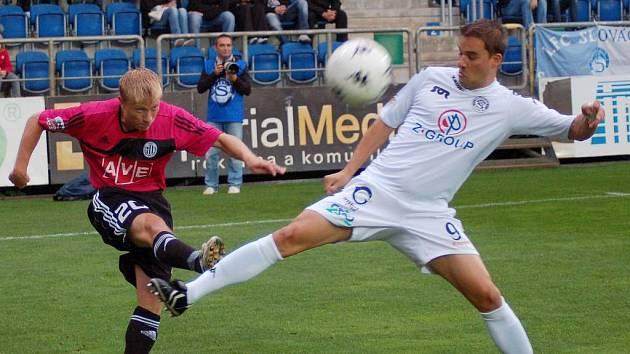 Josef Laštovka v ligovém zápase Dynama v Uherském Hradišti bojuje s domácím Petrem Švancarou.