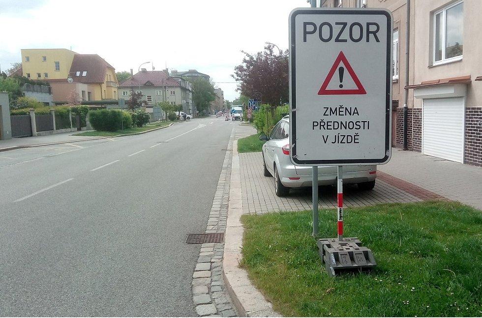 Ulice Mánesova a Čechova v Českých Budějovicích po změně přednosti v jízdě.