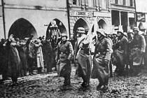Němečtí vojáci přicházejí kolem 14. hodiny ve středu 15. března 1939 na Masarykovo náměstí za heilování místních Němců.