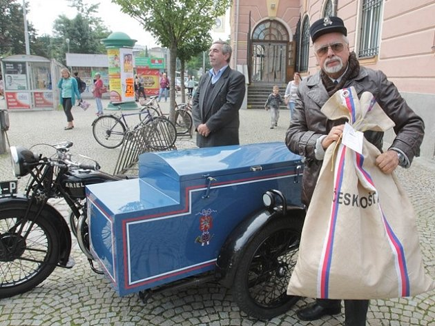 Britský motocykl Ariel z roku 1929 řídil Petr Hošťálek.