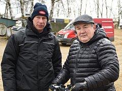 David Čadek (vlevo) s legendou českého motokrosu Jiřím Churavým.