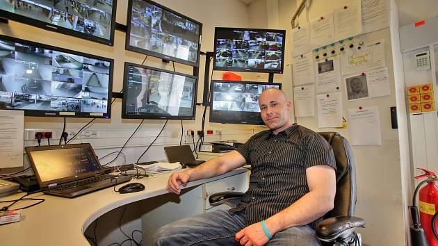 Obchodní dům IGY.  Velitel objektu Pavel Halva ( vpravo), který má na starost bezpečnost v IGY, už dvakrát zachránil při práci lidský život.
