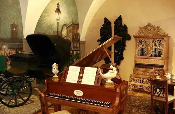 Muzeum Jindřichohradecka otevřelo novou expozici Emy Destinnové. Dominantou je kočár, jímž slavná sopranistka jezdila.