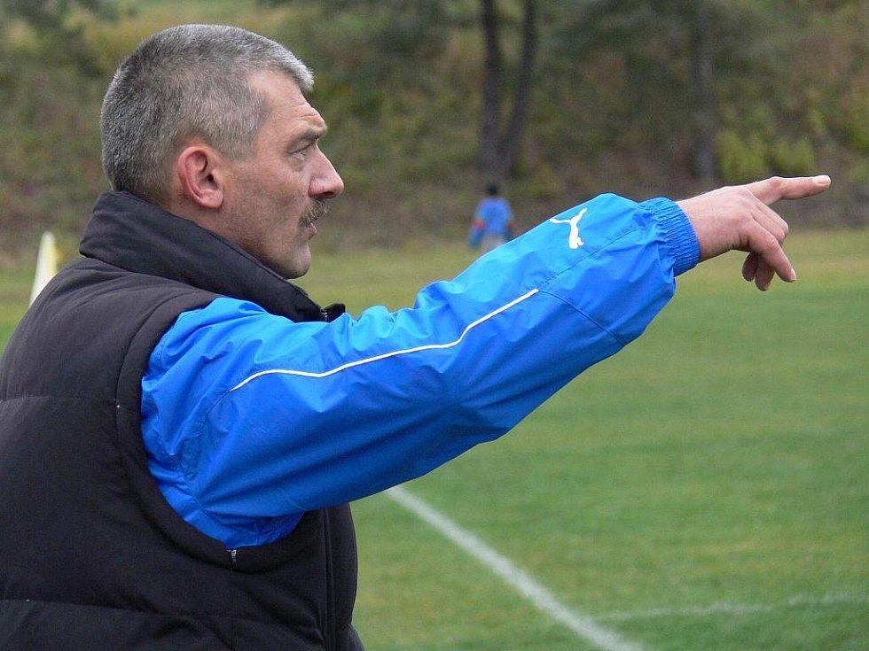 Kouč Ševětína Miroslav Koláček dává pokyny z lavičky.