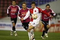 Toleski měl z hráčů Slavie nejvíce možností, gól však nedal (stíhají ho Hílek a Hunal, vzadu Vozábal).