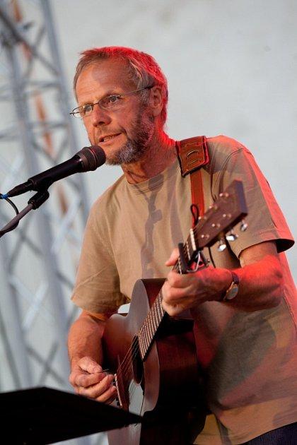 Irský písničkář a držitel Oscara Glen Hansard zahrál 1.srpna na nádvoří kláštera vMilevsku. Jako host předtím vystoupil písecký písničkář Jiří Smrž (na snímku).