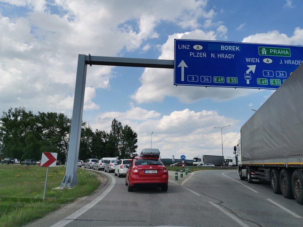 Uzavírka poloviny mostu na křižovatce ulic Generála Píky a Nádražní v Českých Budějovicích přinesla velké kolony v ulici Generála Píky, na příjezdu od Lišova (zároveň sjezd z D3) i na Pražské třídě, kudy vede objížďka či v okolních ulicích.