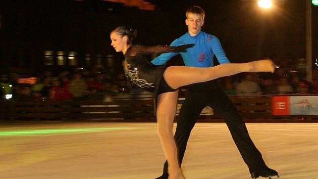 Juniorší krasobruslaři BK ČB Miroslav Dvořák s Barborou Píšovou ve středu večer vystoupili při otevření ledové plochy na českobudějovickém náměstí.