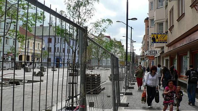 """Stavební práce v poslední opravované části pěší zóny, budoucí """"vstupní brána"""" do Lannovky."""