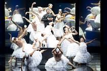 Choreografka Mei Hong Lin v baletu Labutí jezero představila v Linci životopis Čajkovského – muže traumatizovaného smrtí matky, frustrovaného homosexuála hledajícího spásu v hudbě. Noblesa klasických figur by jen těžko souzněla s hrůznými výjevy.
