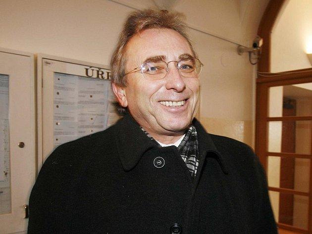 Ředitel Alšovy jihočeské galerie Lubomír Bednář v úterý odpoledne odstoupil ze své funkce. Ve středu vedení Jihočeského kraje představí závěry auditu, který v galerii prováděl Martin Bezouška.