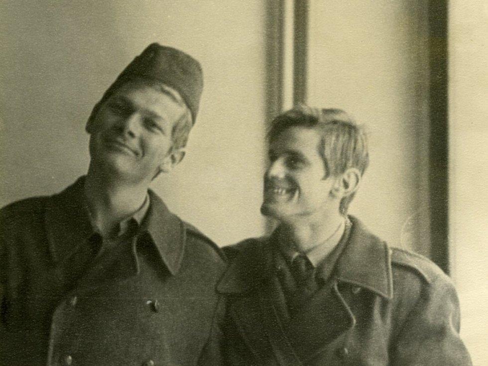 Pábitel, básník a spisovatel Miroslav Hule na vojenské katedře v roce 1969 (vpravo), s Petrem Koláčkem, pozdějším mistrem světa v tenisu seniorů.