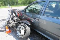 Řidička octavie nedala 16. června při vjíždění na hlavní silnici u Hluboké přednost motorkáři, ten se těžce zranil.