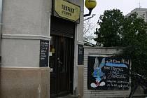 Věhlasná trafika U Zajíců na rohu ulic Pekárenská a Jindřicha Plachty na Palackého náměstí ukončila svůj provoz. Příčinou jsou klesající tržby zejména z prodeje novin a časopisů.