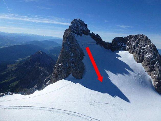 Šipka ukazuje trasu pádu horolezců.