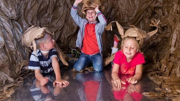 Písecká Sladovna láká do 21. září na výstavu Les - příběhy pěti stromů. Z masek zvířat děti nejvíc láká veverka.