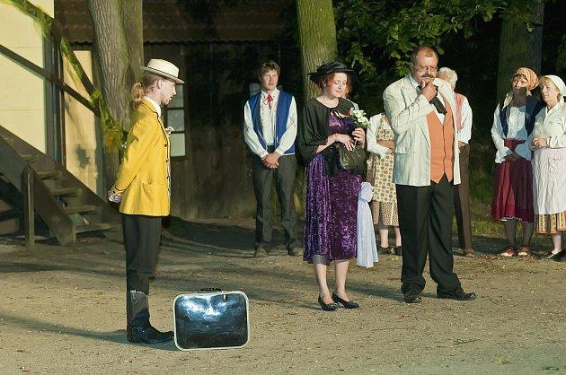 Divadelního spolku Vltavan se po čtrnácti letech vrátili k operetě Na tý louce zelený. Na scéně před otáčivým hledištěm se objeví asi padesát účinkujících, jako komparz vypomáhají i vltavotýnští baráčníci.