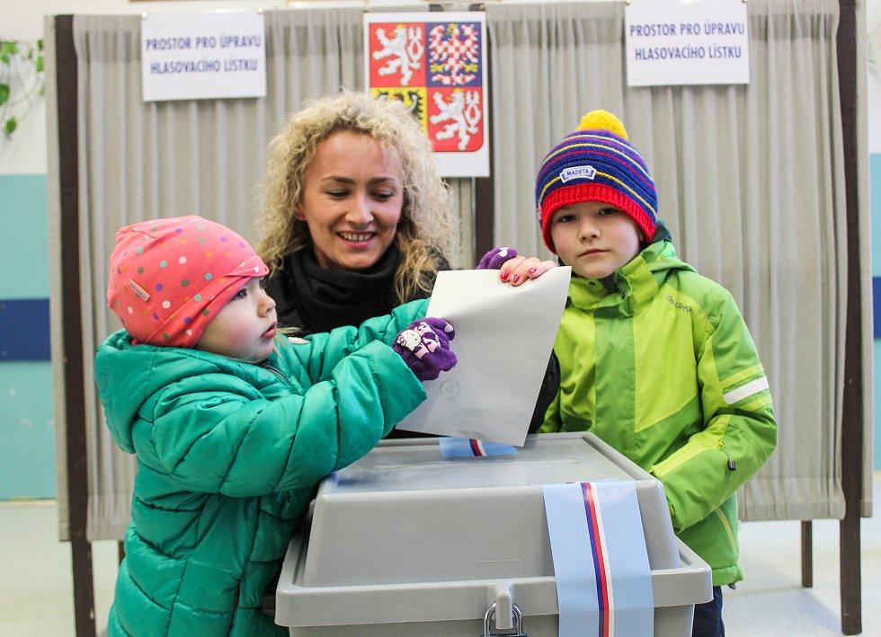 Na otevření volebních místností 1. a 2. českobudějovického okrsku na Gymnáziu Česká čekali voliči už 10 minut před 14. hodinou. Těch, kteří vložili hlas do urny hned zpočátku, bylo o dost více než v 1. kole.