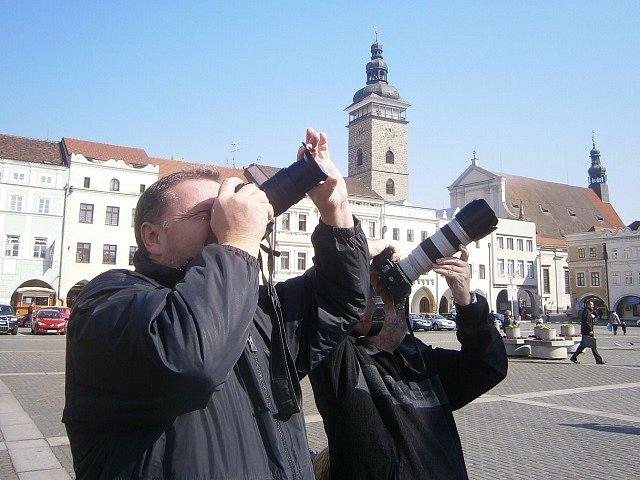 Řada lidí přišla pozorovat zatmění Slunce na českobudějovické náměstí.