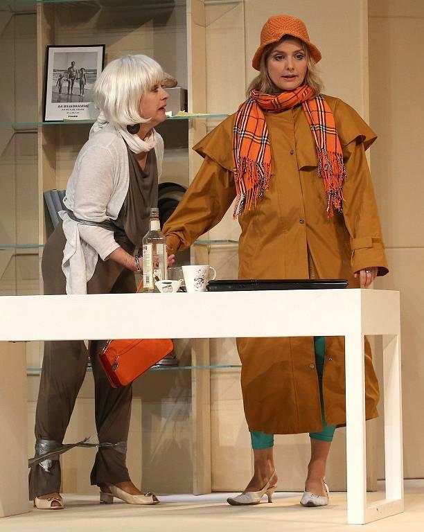 Činohra Jihočeského divadla uvedla 24. dubna premiéru komedie Žena jako druh. Na snímku Dana Verzichová jako Tess Thornton a Bibana Šimonová jako spisovatelka Margot Mason.