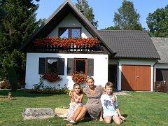 Na chalupě u Novohradský hor prožila Petra Hobzová nádherné dětství. Dnes si tam už léto užívá se svými dvěma dětmi.