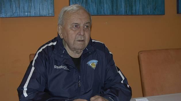 BÝVALÝ HOKEJISTA A TRENÉR, POLITICKÝ VĚZEŇ I POSLANEC. Augustin Bubník po oslavě svých nedávných 85. narozenin minulý týden odpočíval spolu s manželkou v třeboňských lázních. K jižním Čechám má  vřelý vztah a rád je navštěvuje.