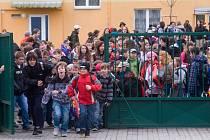 """Děti ze tří """"azbestových"""" škol na sídlišti Máj se po čtyřech měsících vrátily 19. března  do lavic. Teď je v plánu další oprava a mnozí se bojí, aby se situace neopakovala."""