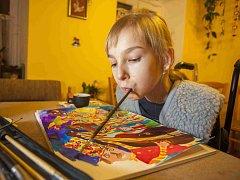 Barbora Sedláčková (15) z Českých Budějovic trpí od tří let nemocí neuropatie, ochrnula, je na vozíčku. Neovládá ruce ani nohy, přesto maluje ústy. Pomoci ji teď chce kapela The Greens projektem vyletirybka.