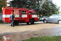 Vodu, která v úterý v Plzeňské ulici unikla z porouchaného řadu, odčerpali hasiči.