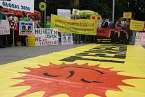 Před začátkem jednání o dostavbě Temelína nechyběla demonstrace, která se nesla v poklidném duchu.