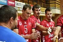 Jihostroj České Budějovice zvítězil v hale Beskyd 3:0. Na snímku (zleva) asistent trenéra Tomáš Skolka, Marek Mrhal, Valerij Todua a Martin Mečkarov.