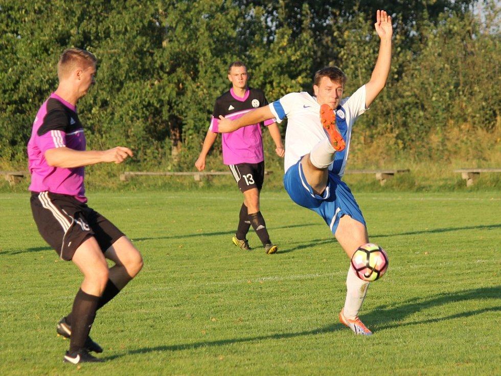 Dolní Bukovsko (bílé dresy) porazilo o pouti na svém hřišti Ratibořské Hory 1:0. Lukáš Chochol v akci.