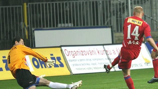 Aleš Besta střílí už v 10. minutě  nedělního utkání fotbalové I. ligy Brno – Č. Budějovice (2:1) vedoucí gól domácího týmu. Druhým důležitý moment přišel o deset minut později, kdy po zákroku na Luboše Kaloudu byl fotbalistům Dynama vyloučen stoper Horejš