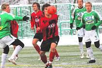 Fotbalisté S. Ústí v posledním kole podzimní části ČFl prohráli v Jablonci 0:2. Na snímku se snaží přes jablonecké zadáky prosadit útočník Lukáš Mach, za ním je Marian Horka.