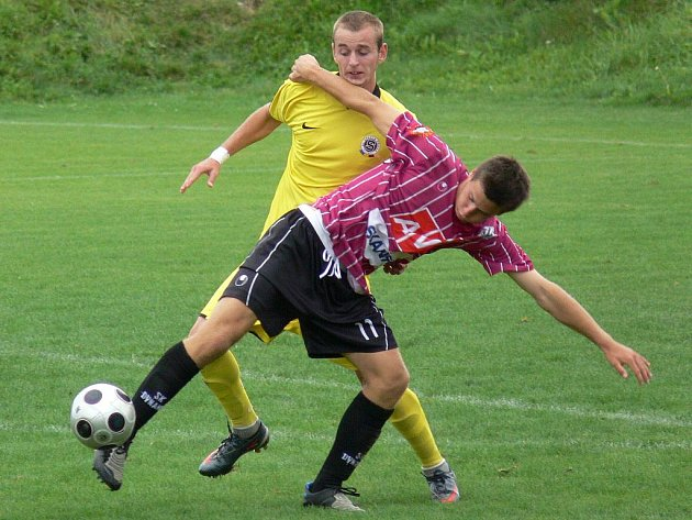 Na podzim Dynamo U19 podlehlo doma Spartě (na snímku si kryje míč Novák), na jaře pro změnu Slavii. Hrálo se na hlubocké umělce.