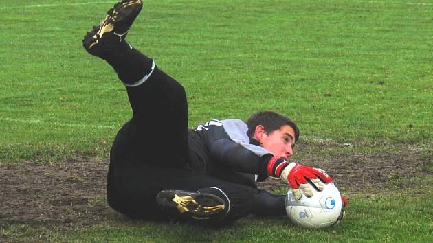 Gólman Sokola Sezimovo Ústí Radek Bárta (22 let) inkasoval doma od Hrdějovic dva góly, řadu šancí však pochytal, a pomohl tak svému týmu získat třetí bod v sezoně. V dalším kole poslední celek tabulky nastoupí v Lišově.