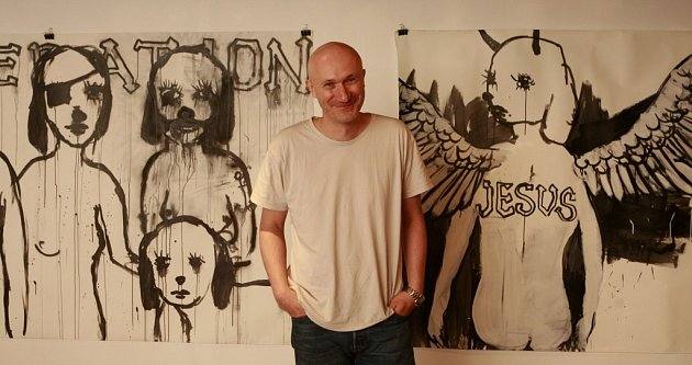Malíř Josef Bolf jde vkrumlovském Egon Schiele Art Centru na dřeň emocí. Kreslí ponurost životů a samoty.