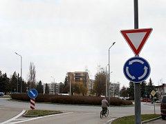 Novela vyhlášky o značení kruhových objezdů může řidičům pořádně zamotat hlavu.