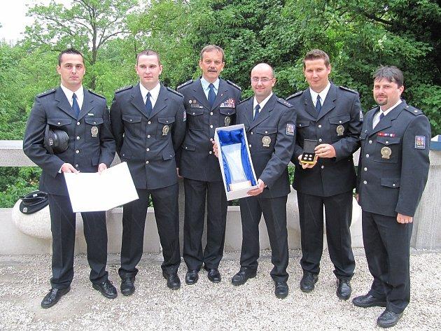 Ocenění hrdinové z českobudějovické hlídkové služby (zleva) Roman Brousek, Jan Grosschopf, Jan Proksch, Martin Kročák. Vpravo je velitel Vítězslav Lád.