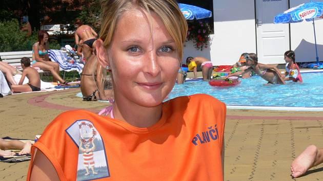 NETRADIČNÍ BRIGÁDA. Devatenáctiletá plavčice Jana Nebesářová na letní plovárně v Hluboké nad Vltavou.