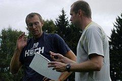Trenér Jihostroje ČB Jan Svoboda (vpravo) se domlouvá s asistentem Stanislavem Pochopem.