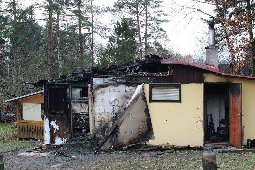 Chata v chatové oblasti U Želízků za Strážkovicemi shořela.