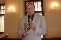 Zemřel spisovatel Přemysl Veverka, bylo mu 76 let. Delší dobu bojoval s nemocí, které podlehl 3. dubna. Na snímku z roku 2012 s cenou Číše Petra Voka.