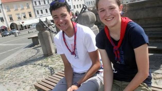 Tereza Hovorková (vpravo) a Christopher Alexander Cruz odpočívají na českobudějovickém náměstí před cestou do Japonska na mezinárodní setkání skautů a skautek.