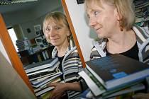 Redaktorka Hana Soukupová má v redakci plno zajímavých knih.