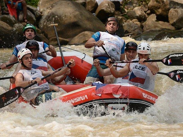 VODA. Česká posádka Hanace Rafters se rve s divokými vlnami na indonéské řece Citarik. Češi obsadili třetí místo ve slalomu, v celkovém hodnocení skončili pátí.