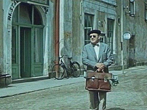Záběr z filmu Srpnová neděle, který se natáčel v Chlumu u Třeboně. Autobus odjel, u provizorní zastávky před hospodou u Frantíků se rozhlíží herec Karel Höger.
