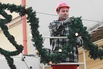 Instalace vánoční výzdoby v Budějovicích.